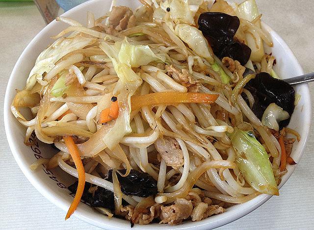 伯水楼(長崎)の人気メニューのひとつ、四川丼。 唐辛子が効いており辛い。