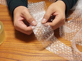 テープでつなぎ止めてロングプチプチ帯を作成。