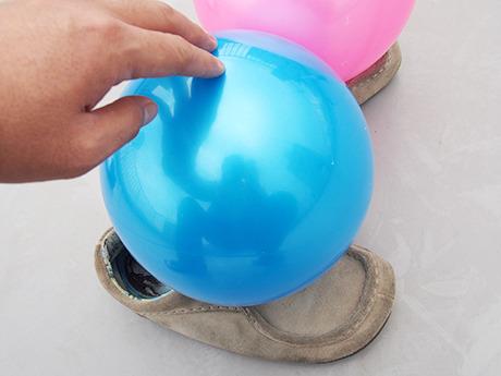 足の甲にゴムまりをくっつけた。あと靴が汚れててすいません。