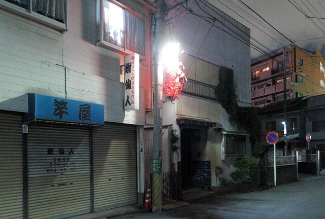伝統的な電柱に付いた街灯だが、ここにもLED化の波が。