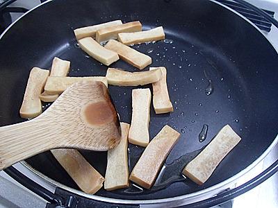 砂糖と水を1対2ぐらいで混ぜて加熱。フツフツと煮立ってきたら絡めます。