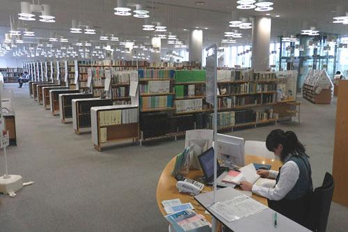 司書の方によれば、蔵書は約25万冊だそうです