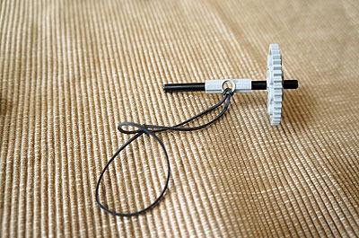 メインのギアには付属の輪ゴムをつけます
