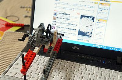こうやってパソコンのキーボードにセットして