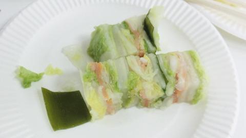 【香貴のはさみ漬/北海道】 ショーケースに並ぶケーキを見て「こんな綺麗なお漬物をつくりたい」という思いから誕生。昆布や鮭、カニ、にしん、白菜、キャベツなどをミルフィーユ状に重ねている