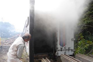 コンテナがあるなと思ったら中は木材の燻製室。囲炉裏にいぶされたような良質の木材になるらしい