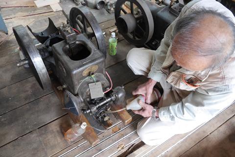 土屋さんが趣味で収集している石油発動機。昭和初期のものながらちゃんと動く