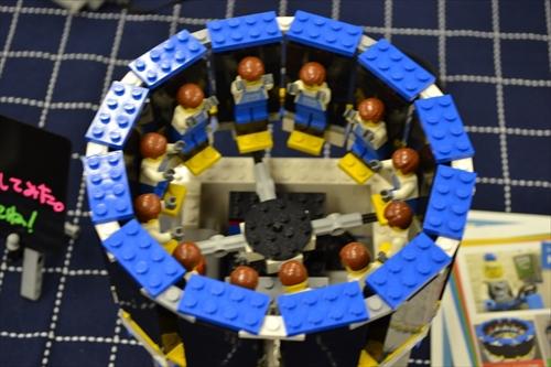 レゴだけでゾートロープを再現。横の隙間から中を除くと、人形がバンザイする。ゾートロープとは、アニメーションの原型のようなものである。詳しくはこちら(https://dailyportalz.jp/b/2010/12/08/b/)