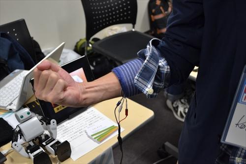 腕に筋電位センサーを装着し