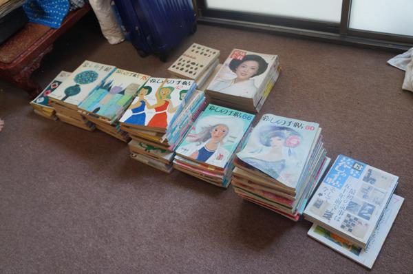 祖母宅のあちらこちらのスキマから発見されては一所に集められる「暮しの手帖」(と一部「家庭画報」)この後もじゃんじゃん出てきては積まれていた