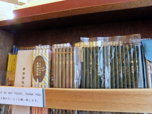 毎日放送、朝日新聞、NHKと報道関係の鉛筆は速記用。4Bとか3Bの軟らかいやつ