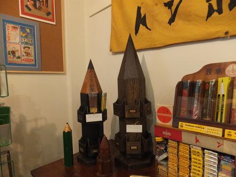 これが「鉛筆塔」。実際に文房具屋さんで使われていたそう