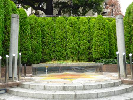 ステージのような装飾と段がついている、だけの公園