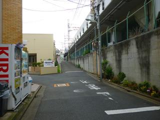 駅を降りて線路沿いの道を進むとすぐ