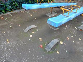 シーソーの下にクッション用のタイヤが埋めてあった
