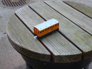 椅子の上におもちゃの客車が忘れられていた