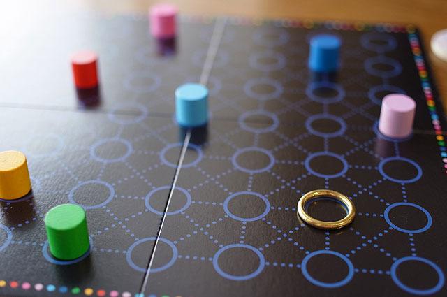1つのリングを目指してコマがわらわらと近づいてくる。その中に相手が選んだコマと自分が選んだコマが1つずつある(あるいは同じ色かもしれない)。