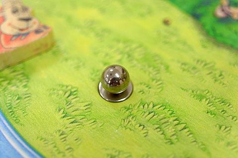 パチンコ玉と、その下の超強力磁石。