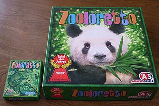 上はほぼ同じシステムのゲームだが箱の大きさがこんなに違う。子供にウケるのはもちろん右。
