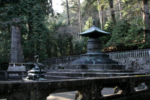 社殿の裏手には宝塔があり、これが家康の墓である