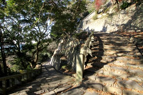 結構急な九十九折りの石段を、えっちらほっちら上って行く