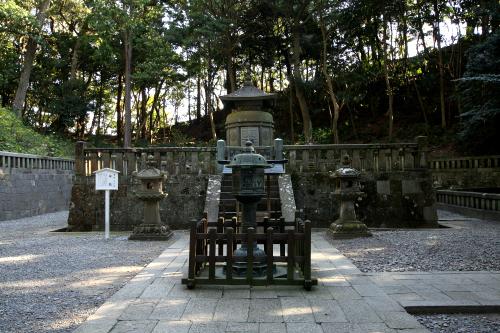 社殿の裏、家康の遺体が一時的に埋葬された場所には、日光東照宮と同じように宝塔がたたずんでいる
