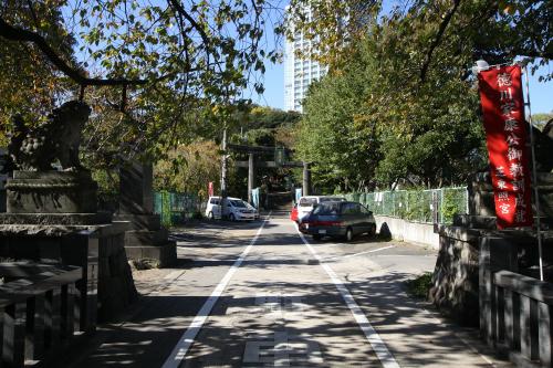 参道が駐車場として利用されているなど、庶民的な雰囲気の神社だ