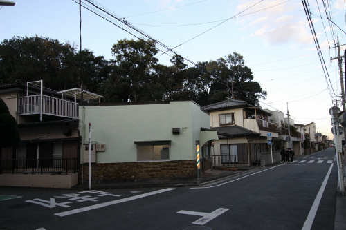 普通の住宅街を進んでいくと、こんもりとした木々が見えた