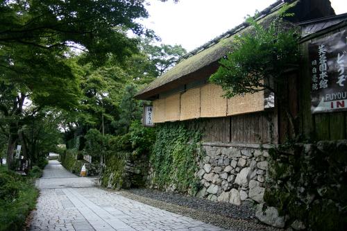 大津市坂本は、比叡山の僧侶の隠居所である里坊が並ぶ町だ