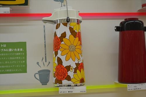 バラと野菊だろうか。サイケデリックなまほうびん