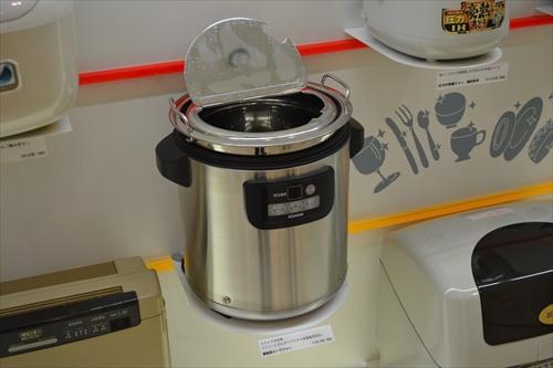 ホテルのバイキングでよく見かけるスープ温め器。この商品はほぼすべてが象印製らしい