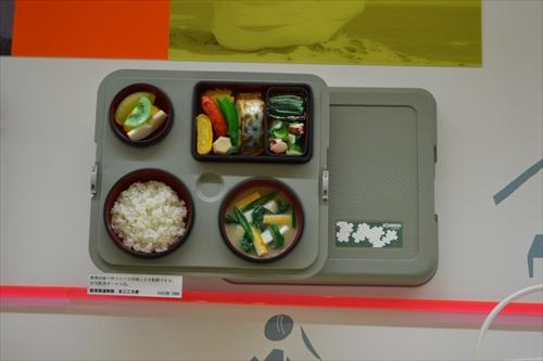 福祉施設などに給食を運ぶための配食保温容器