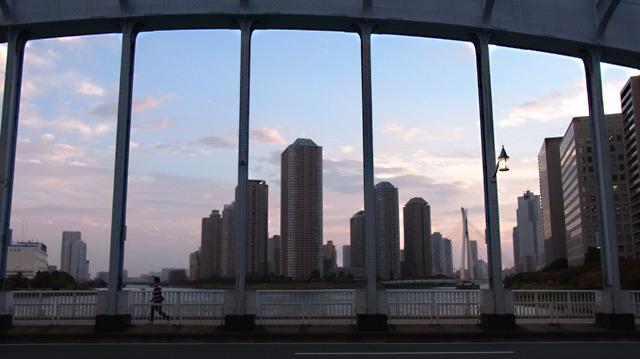 橋を渡って江東区に突入。日が暮れ始めた