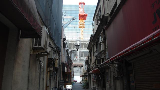 日本橋。足下の昭和に、向こうから21世紀が迫ってくる。