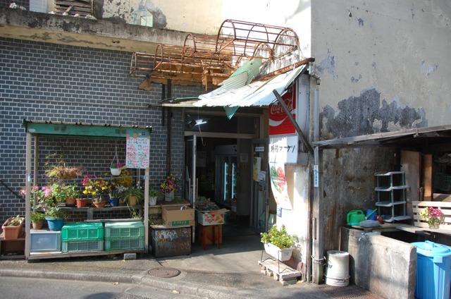 「外苑マーケット」という商店街の入り口には、