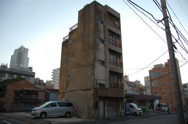 一軒屋のようなビル
