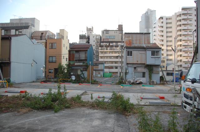 広い空と駐車場
