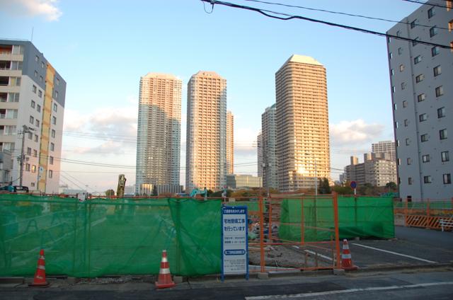 宅地整備工事の向こうに石川島の高層ビルが見える