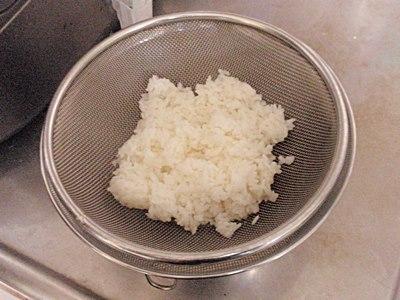 温かいご飯をざるにあけ、粗熱をとる。