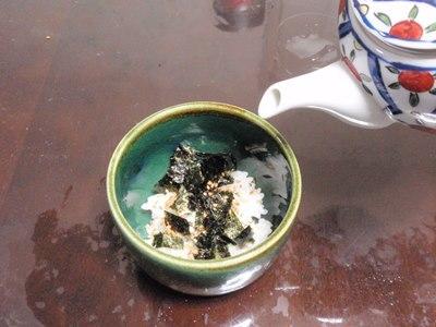 器にご飯をよそい、好みで具材や薬味をのせる。