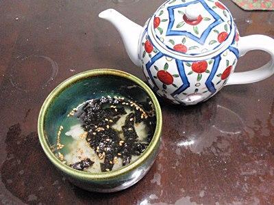 熱いお茶を注いでいただく。