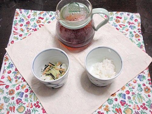 紅茶漬け。お茶漬けのもと入り、お茶のみで試します。