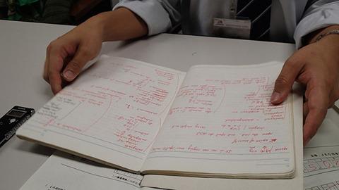 赤ペンでびっしり書かれた英単語