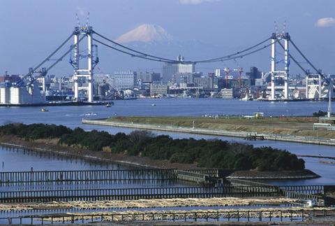 羽田空港に近いため高さ制限があったり、航路の幅をとる必要があったりと、色々制限の多い現場だったようだ