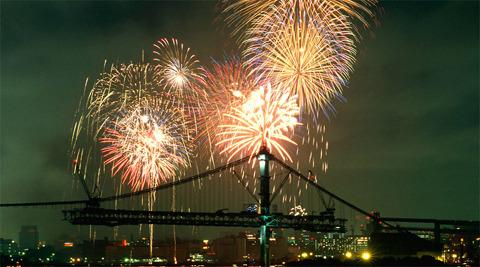 完成間近の橋を祝福するような花火大会