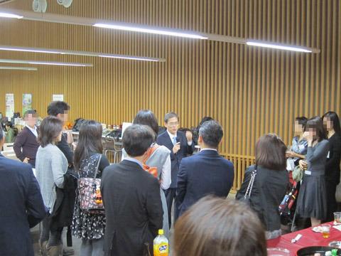 東大安田講堂地下の中央食堂で行われた20周年学年会の様子。中央で挨拶するのは現・東大総長の濱田純一氏