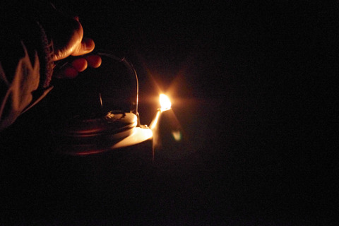 森の真ん中で、あたりを照らすやかんランプ。