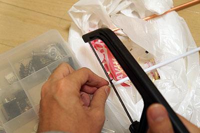 まずは赤線の右側。樹脂の棒を切って