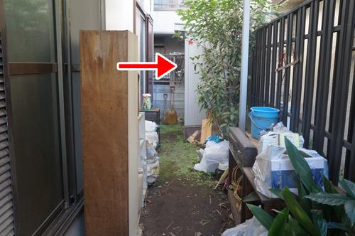 これが問題の物置。住居の取り壊し前の大掃除で出たゴミなどに囲まれていた