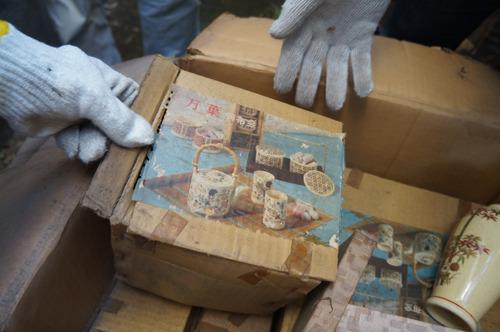 「万葉頒布会」と箱にある陶器類もごっそり出てきた。月々いろいろな陶器が届いていたらしい